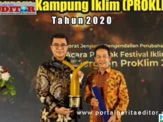Pjs Bupati Padang Pariaman dengan penghargaan yang diterima.