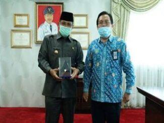 Pjs Bupati Tanah Datar, Zainuddin dengan piala penghargaan.