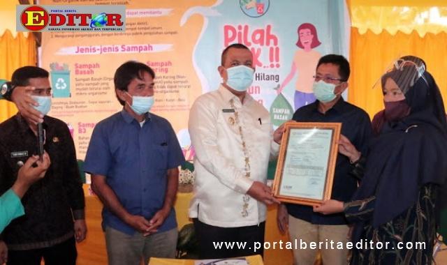 Pjs Wako Pariaman menyerahkan sertifikat.