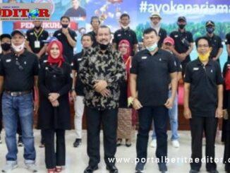 Plt Wako Mardison Mahyuddin bersama pengurus Dewan Kesenian Kota Pariaman.