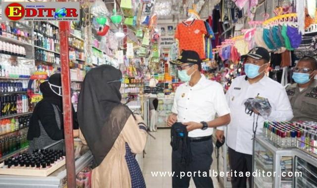 Plt Walikota Pariaman membagikan masker gratis.