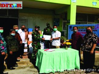 Sekdako Payakumbuh Ridha Ananda menyerahkan bantuan dari guru dan Kepala SD dan SMP se Kota Payakumbuh.