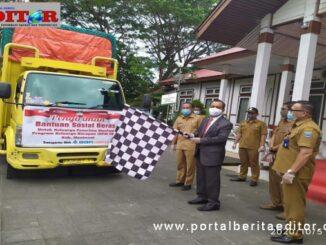 Wabup Mentawai Kortanius melepas truk sebagai tanda dimulainya pendistribusian bantuan sosial beras di Mentawai.