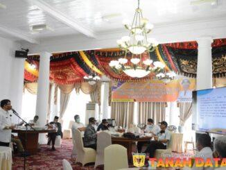 Asisten Pemerintahan dan Kesra Suherman sedang melakukan ekspos dihadapan tim penilai