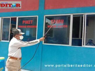 Bupati Irfendi Arbi melakukan penyemprotan desinfektan di komplek kantor Bupati lama didampingi staf BPBD setempat.