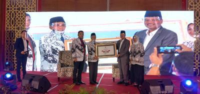 Bupati Irfendi Arbi menerima penghargaan sebagai Sahabat PGRI