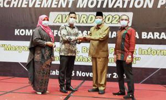Bupati Limapuluh Kota Irfendi Arbi menerima penghargaan Achievement Motivation Person dari Kokisi Informasi Sumbar.