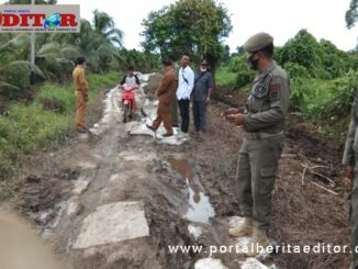 Camat Sipora Selatan bersama tim dan pemerintah desa Nemnemleleu kontrol penimbunan jalan rusak.
