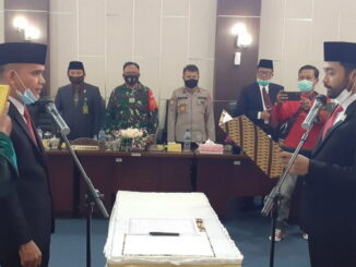 Daliyus menjalani prosesi pengucapan sumpah jabatan yang dibacakan oleh Ketua DPRD Solsel Zigo Rolanda di Gedung Paripurna Legislator di Golden Arm.