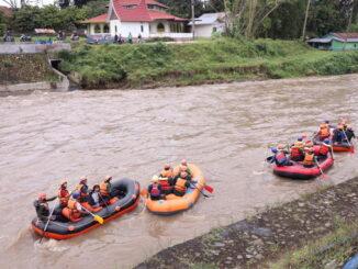 Dinas LH Payakumbuh goro membersihkan sungai dari sampah.
