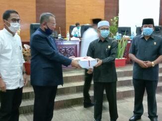 Gubernur Sumbar Irwan Prayitno diwakili Sekda Prov Drs Alwis menyerahkan nota pengantar APBD 2021 kepada Wakil Ketua DPRD Sumbar H Irsyad Safar