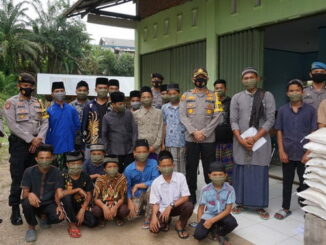 Kapolres Sijunjung AKBP Andry Kurniawan, S.Ik, berfoto bersama pengurus Pondok Pesantren Nurul Ilmi dan anak asuh selepas kunjungan silaturrahmi Jumat Berkah sekaligus menyerahkan bantuan.