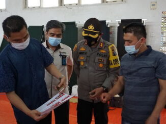 Kapolres Sijunjung , AKBP Andry memperhatikan kertas suara Calon Bupati dan Wakil Bupati Sijunjung.