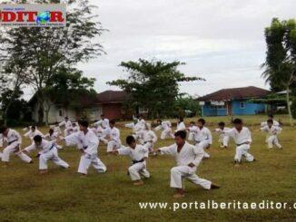 Karateka SD 22 Lubuk Alung saat berlatih.