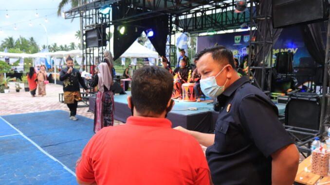 Kasatpol PP Payakumbuh mengingatkan pengelola Agam jua Art culture Cafe tempat berlangsungnya pasar Ekraf