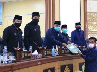 Ketua DPRD, Mardiansyah didampingi Wako Fadly menerima pandangan fraksi- PAN dari Zulfikri terkait RAPBD 2021 dan 7 Ranperda.