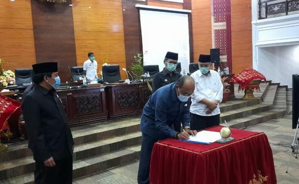 Ketua DPRD Sumbar Supardi saat menandatangani nota kesealatan.