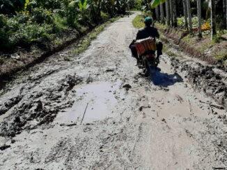 Kondisi jalan Parubaijat yang memperihatinkan