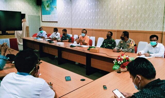 Konferensi pers diaula ruang rapat sekretariat daerah Mentawai bersama jubir kebijakan percepatan penanganan covid 19 Mentawai.
