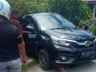 Mobil Sedan Honda Brio BA1449 IG yang ditabrak KA Sibinuang di Pariaman