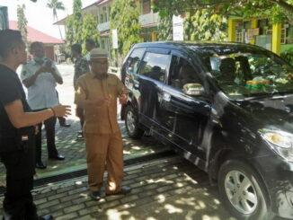 Mobil yang kacanya dipecahkan pencuri.