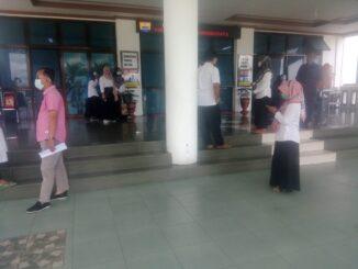 Pegawai Balaikota Pariaman berhamburan keluar ruangan ketika gempa terjadi