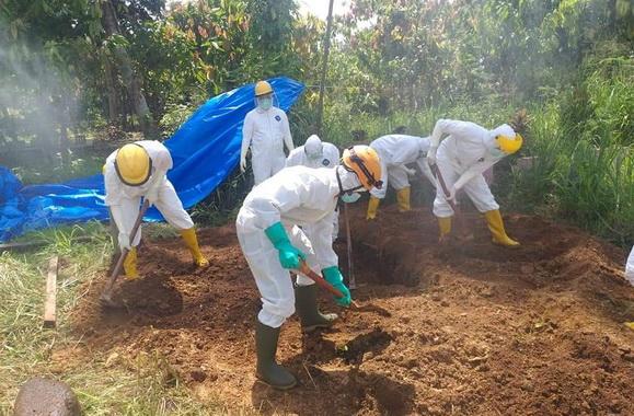 Pemakaman pasien positif covid 19 di Payakumbuh dengan protokol covid 19.