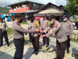 Pemberian masker kepada personil Polsek sipora