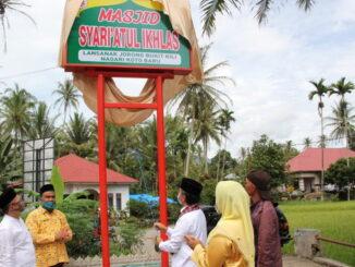 Pembukaan selubung papan nama Masjid Syariatul Ikhlas Lansanak di Nagari Koto Baru.
