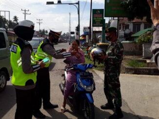 Pengendara yang tidak masker mendapat masker dan helem gratis dari petugas operasi Zebra Singgalang 2020 Polres Limapuluh Kota.