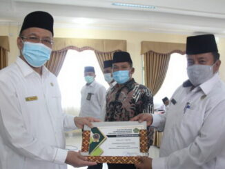 Penyerahan penghargaan dari Kakanwil kemenag Sumbar kepada kakankemenag Bukittinggi.