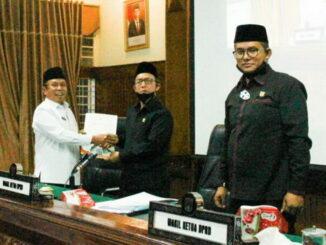 Pjs Wako Bukittinggi menyerahkan nota RAPBD Bukittinggi 2021 setelah dibacakannya pada sidang paripurna DPRD setempat.