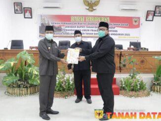 Pjs.Bupati Erman Rahman menyerahkan jawaban pemerintah tentang pandanfan umum fraksi-fraksi