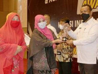Plt Wako Pariaman saat menerima penghargaan.