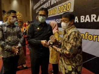 Sekdako Bukittinggi Yuen Karnova menerima penghargaan Achievement Motivation Person Award 2020 yang diserahjan Gubernur Sumbar.