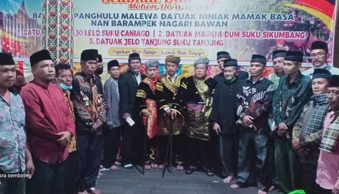Sy. Dt. Tan Majo Lelo bersama dengan Ninik Mamak yang dilewakannya.
