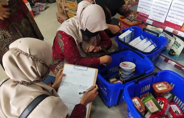 Tim monitoring yang diturunjan Pemko Payakumbuh dari Dinas Koperasi dan UKM tengah melakukan penelitian terhadap prodak import yang tidak memakai label halal di sejumlah tempat perbelanjaan.