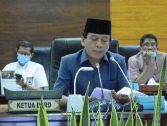 Wakil Ketua DPRD Sumbar Suwirpen saat memimpin Rapat Paripurna