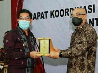 Wako Deri Asta saat menerima penghargaan.