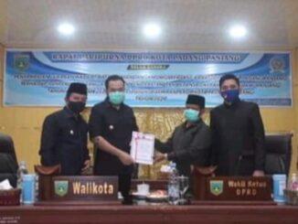 Wako Fadly Amran, wawako Asrul, bersama Wakil Ketua DPRD, Yulius Kaisar dan Imbral pada rapat pleno DPRD Padang Panjang.