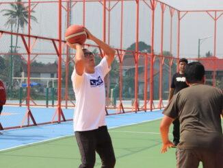 Wako Riza Falepi mencoba main basket di lapangan olahraga Outdoor.