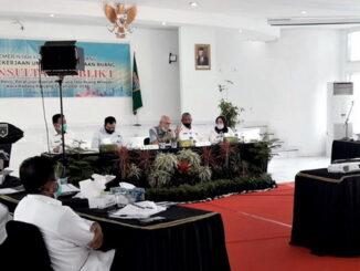 Walikota Fadly Amran dan Djuharman (konsultan) pada forum KP-1 atas draft revisi RTRW di Balaikota, setempat.