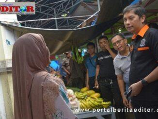 Walikota Sawahlunto sedang berdialog dengan pedagang pasar.