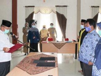 Bupati Ali Mukhni melantik 17 pejabat fungsional di lingkungan Pemkab Padang Pariaman.