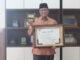 Bupati Gusmal dengan salah satu piala dan penghargaan yang diraih Kab. Solok.