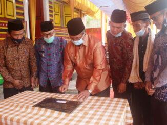 Bupati Gusmal menandatangani prasasti kantor KAN Nagari Aia Batumbuak.
