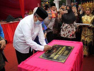 Bupati Gusmal menandatangani prasati peresmian Masjid Nurul Yaqin.