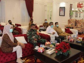 Bupati Solok Gusmal saat mengikuti rapat secara virtual.