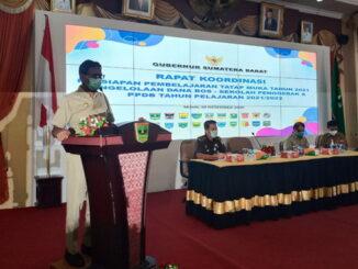 Gubernur Irwan Prayitno saat memberi pengarahan.