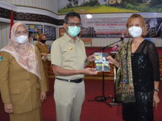 Gubernur Irwan Prayitno saat peluncuruan buku biografi Ahhmad Mochtar.